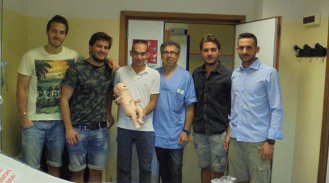 I giovani guastallesi donano il manichino al reparto di Pediatria