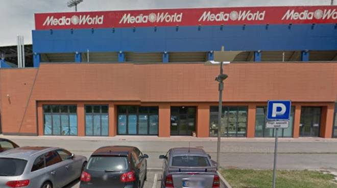 Commando assalta Mediaworld, camion come arieti e per bloccare le ...