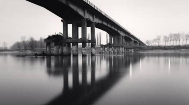 Il ponte tra Boretto e Viadana (Foto di Michael Kenna)