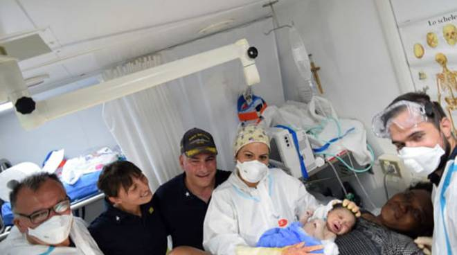 Benaglia (primo da sx) con la mamma, infermiere e comandante