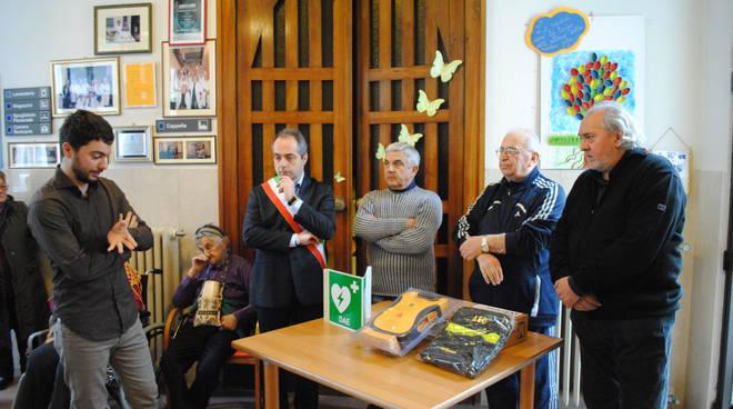 Il sindaco Manghi alla casa protetta alla consegna del defibrillatore