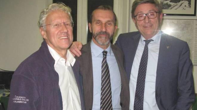 Il presidente Cai reggiano Massimo Bizzarri al centro, tra il presidente del Parco Nazionale Fausto Giovanelli e il presidente nazionale del Cai Vincenzo Torti