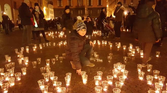Notte di luce migliaia di candele per illuminare la vita dei