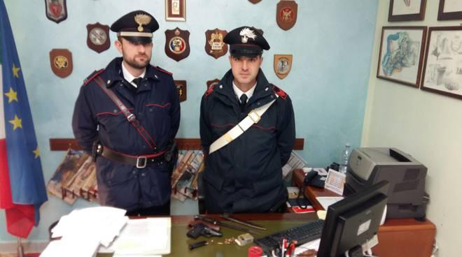 I carabinieri con l'arma