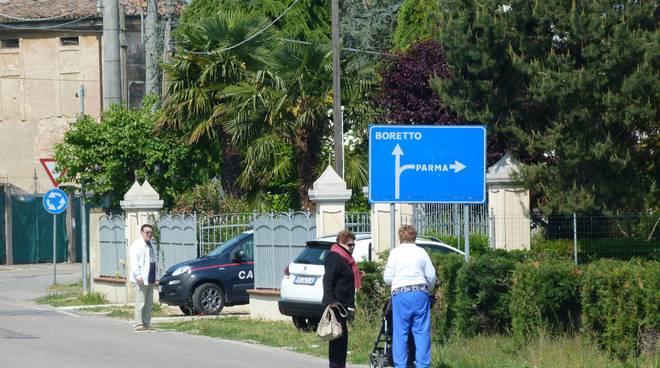 I carabinieri e i vicini davanti alla casa svaligiata a Pieve di Gualtieri