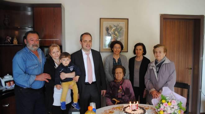 Ida Tirelli con i suoi cari e il sindaco Manghi