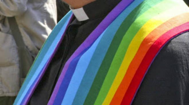 Un prete indossa una stola arcobaleno, simbolo del Gay Pride