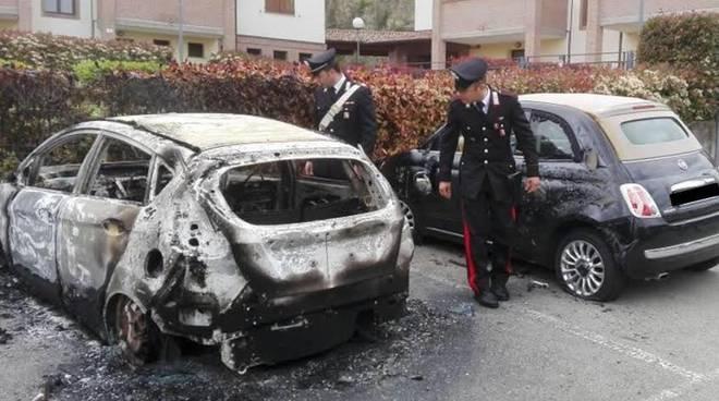 Auto distrutta da un incendio