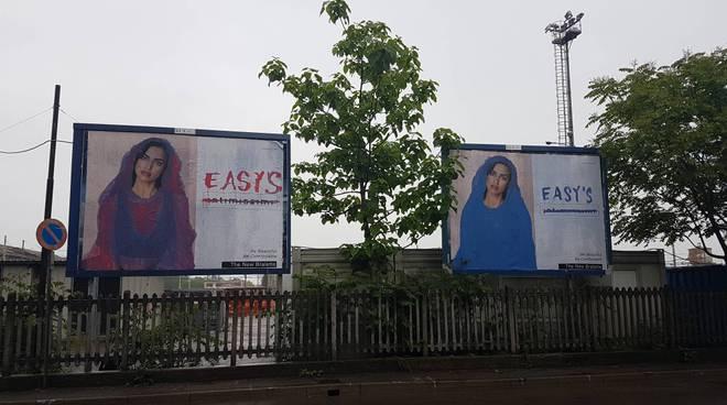 I cartelloni pubblicitari censurati con la modella rivestita e la scritta sgrammaticata