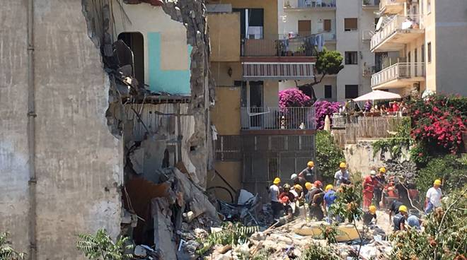 Il crollo del condominio a Torre Annunziata