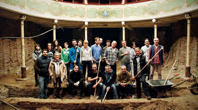Gli animatori del Teatro Sociale di Gualtieri durante i lavori di recupero