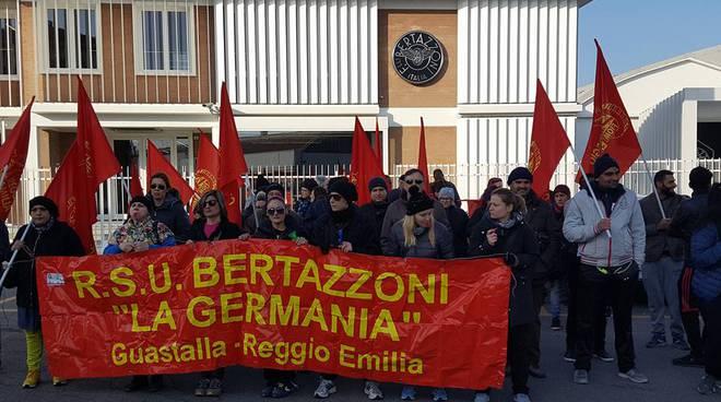 """Lavoratori e sindacato davanti alla """"Bertazzoni La Germania"""""""