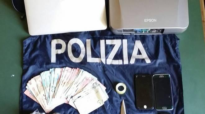Droga, denaro, bilancino e l'altro materiale scottante sequestrato dalla Squadra Mobile