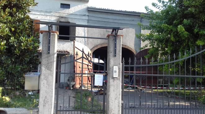 L'abitazione bruciata a Pieve Saliceto
