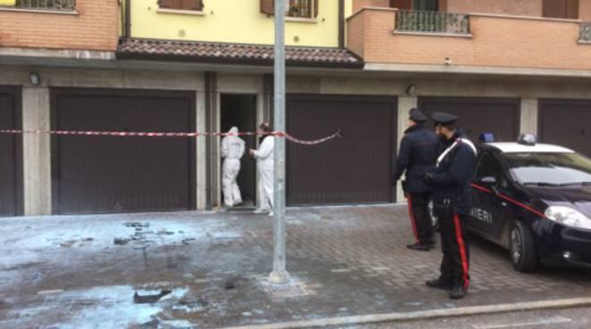 I tecnici della scientifica e i carabinieri davanti a casa Citro a Reggiolo