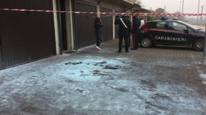 La moglie della vittima davanti al garage dove è stata bruciata l'auto di Francesco Citro e all'ingresso della palazzina