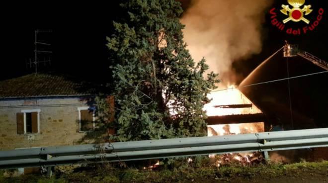 I vigili del fuoco in azione sull'incendio a Cavola