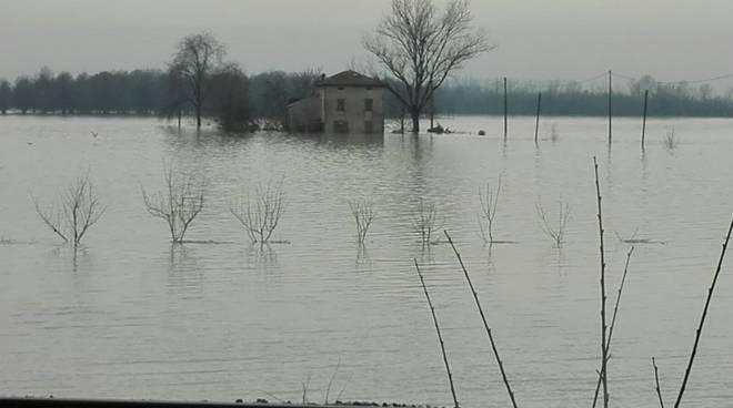 A Brescello mille evacuati per l'esondazione del fiume Enza