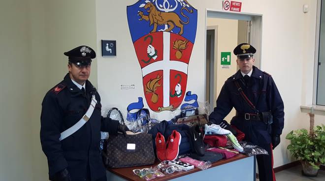 I carabinieri con una parte della merce sequestrata