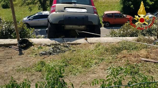 I Vigili del fuoco recuperano l'auto in bilico sulla scarpata