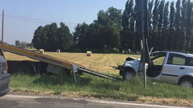 Il recupero dell'auto coinvolta nello schianto sulla via Emilia