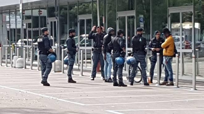 Retata in stazione della polizia con 35 agenti - Reggiosera