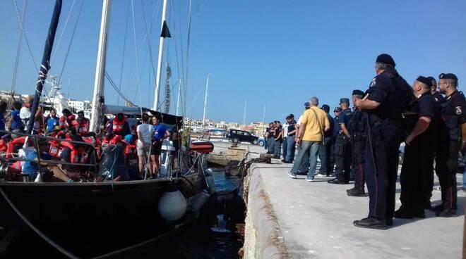 La nave Alex attraccata nel porto di Lampedusa