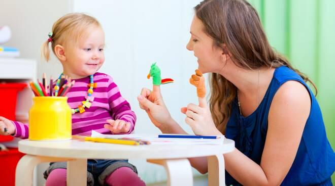Una mamma gioca con la  sua bambina