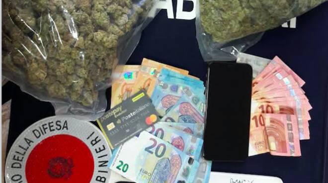 Droga, denaro e telefono sequestrati allo spacciatore
